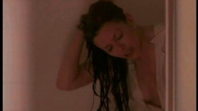 Chatte de film porno francais star du porno blonde sale caressée et étirée